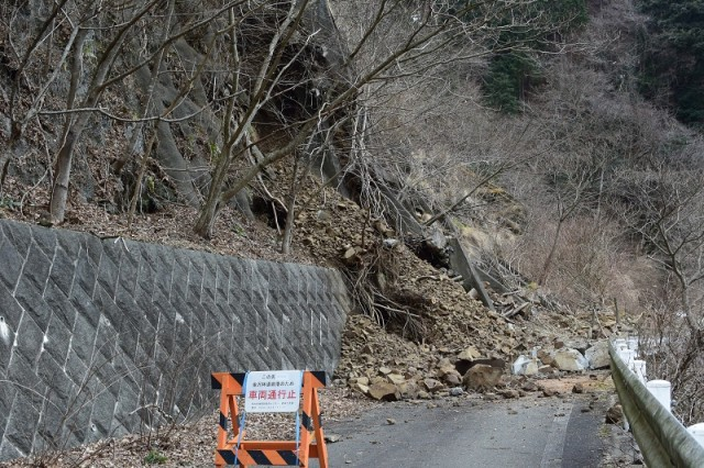 宮ヶ瀬湖の金沢林道の崩落現場
